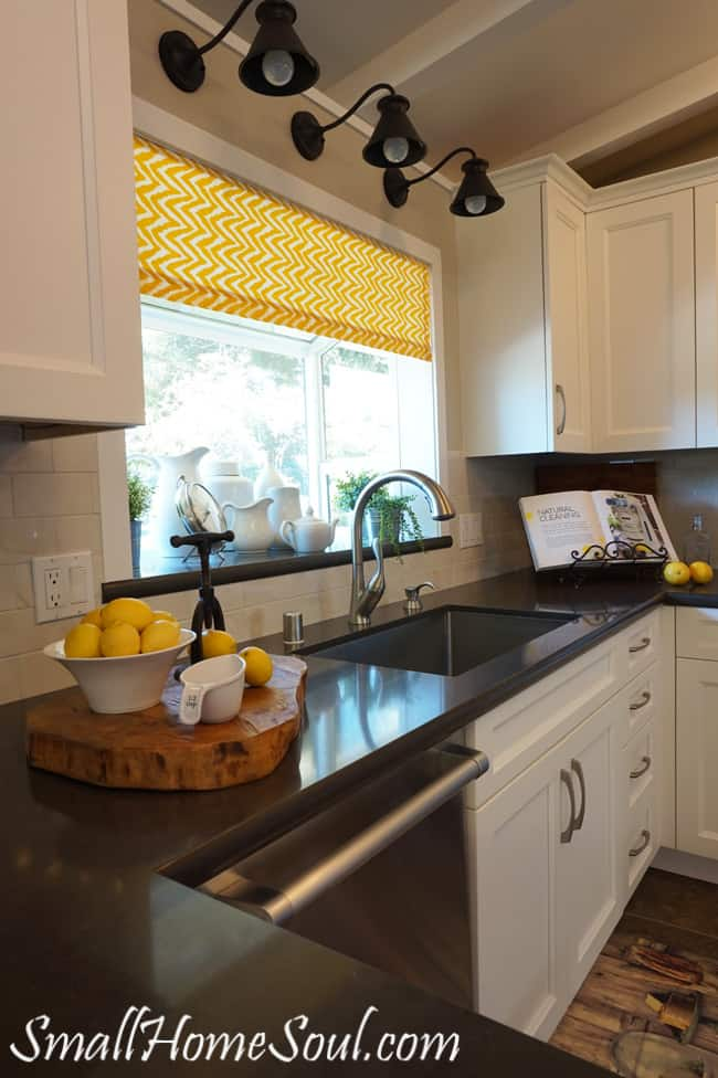 Easy Kitchen Curtains, and they're lined too! From www.smallhomesoul.com