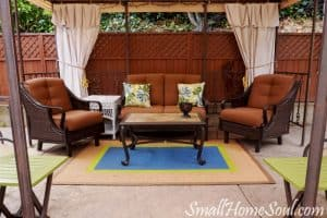 You can have beautiful patio curtains in less than 15 minutes with these easy no-sew Drop Cloth curtains by www.smallhomesoul.com